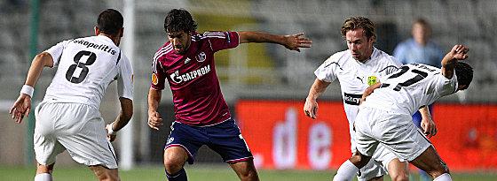 Schalkes Raul gegen Skopelitis (li.) und Gomez (re.)