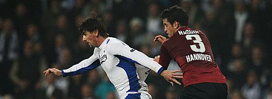 Hannovers Haggui gegen Santin (li.)