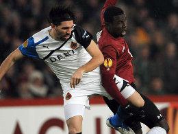Jordi gegen Hannovers Diouf (re.)