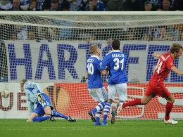 Twentes Janssen (re.) jubelt, Hildebrand, Holtby und Draxler (v.li.) schauen dem Ball hinterher