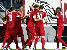 Twente-Spieler freuen sich über das 1:0