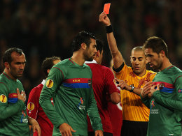 Karim Haggui (Mi.), Referee Liran Liany (re.)