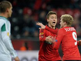 Die Torschützen des 1:0 und 2:0: Die Leverkusener Jens Hegeler und André Schürrle.
