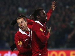 Diouf (re.) bejubelt sein soeben erzieltes 2:0