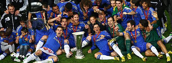 Chelsea-Spieler mit dem Europa-League-Pokal