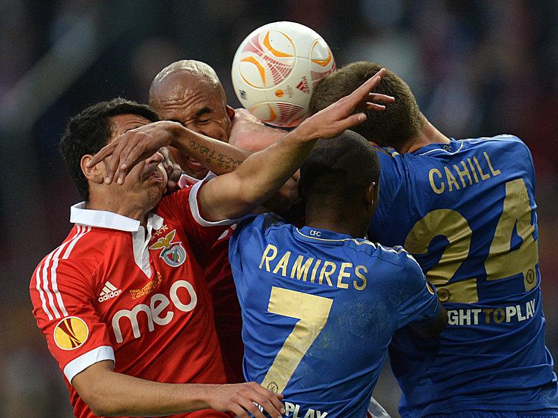 Andre Almeida (li.) und Luisao kämpfen mit Chelseas Ramires und Cahill (re.) um den Ball