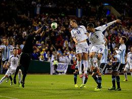 Bosniens Edin Dzeko (#11) und Vedad Ibisevic (#9) beim 0:2-Testländerspiel gegen Argentinien im November 2013