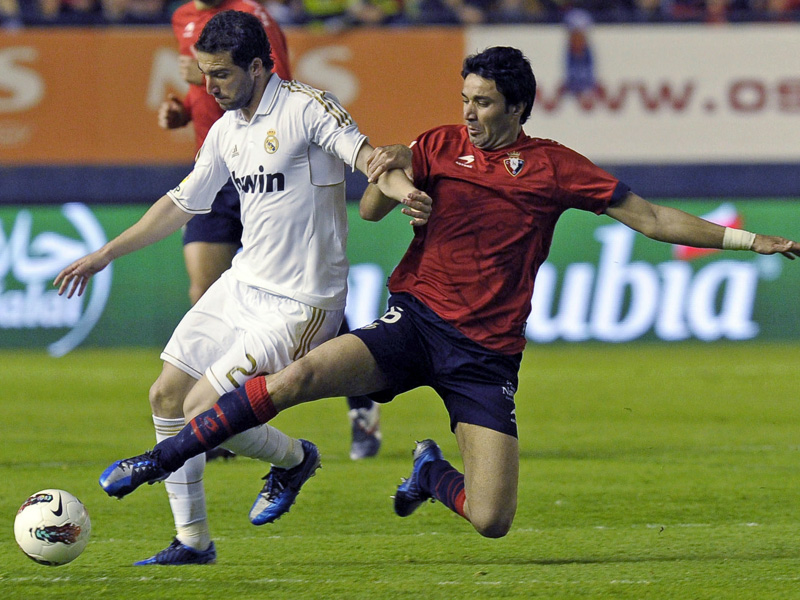 Javad Nekounam (right, Osasuna) against Gonzalo Higuaín (Real Madrid) on 31 March, 2012.
