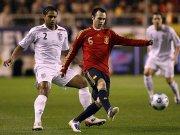 Andres Iniesta gegen Glen Johnson (li.)