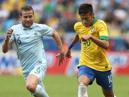 Frankreichs yohan Cabaye (li.) gegen Brasilien Neymar.