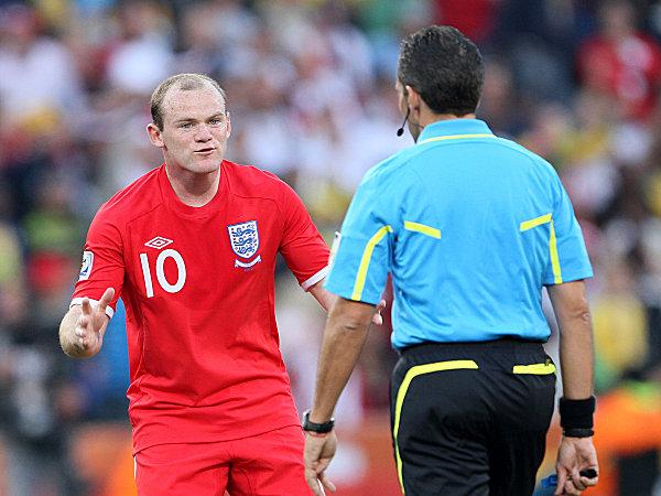 Wayne Rooney und Schiedsrichter Jorge Larrionda bei Englands 1:4 gegen Deutschland im Achtelfinale der WM 2010 in Südafrika