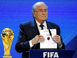 Sepp Blatter verkündete die Entscheidung der WM-Vergabe: Die Wahl fiel auf Russland (2018) und Katar (2022).
