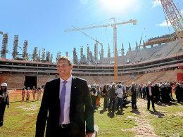 """""""Erstaunliche"""" Baufortschritte: FIFA-Generalsekretär Jerome Valcke am 28. Juni im Nationalstadion von Brasilia."""