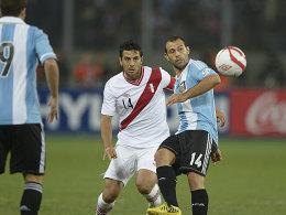 Bayerns Claudio Pizarro verschoss früh einen Strafstoß, am Ende durften sich die Argentinier um Javier Mascherano (re.) über den Punkt in Lima freuen.