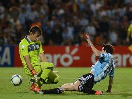 Lionel Messi überwindet Fernando Muslera