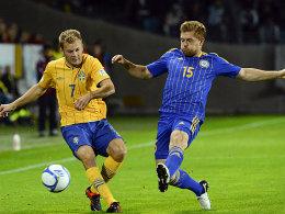 Wurde nach längerer Verletzungspause rechtzeitig fit für die Duelle mit Deutschland: Heinrich Schmidtgal, hier gegen Schwedens Sebastian Larsson (l.).