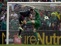 Hielt seinen Kasten sauber: US-Goalkeeper Guzan, hier im Duell mit Zavala.