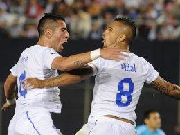 Brasilien im Blick: Die Chilenen um den Ex-Leverkusener Vidal (re.) und Isla gewannen 2:1 in Paraguay.