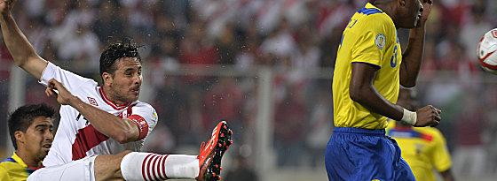 Akrobatisch ins Ziel: Claudio Pizarro beim einzigen Tor im Spiel Peru gegen Ecuador.