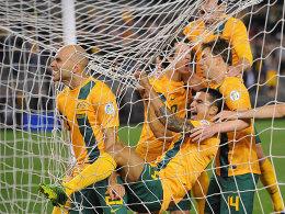"""Jubel in Melbourne: Die """"Socceroos"""" beim frühen Führungstor durch Mark Bresciano (li.)."""