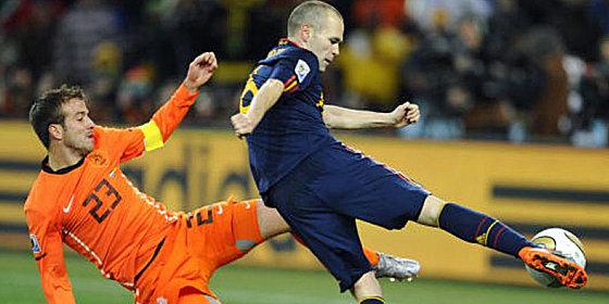 Der Moment, der ihn unsterblich machte: Andres Iniesta (re., gegen Rafael van der Vaart) trifft in der 116. Minute zum 1:0 f�r Spanien.