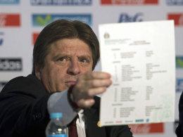 Mexikos Nationaltrainer Miguel Herrera präsentiert die Liste mit den 23-WM-Fahrern.