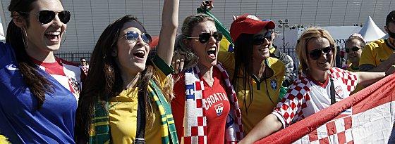 Die weiblichen Fans bringen sich in Stimmung