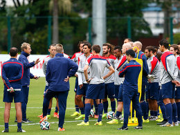 Stellt seine Jungs auf die Aufgabe Portugal ein: USA-Coach Jürgen Klinsmann (2.v.l.).
