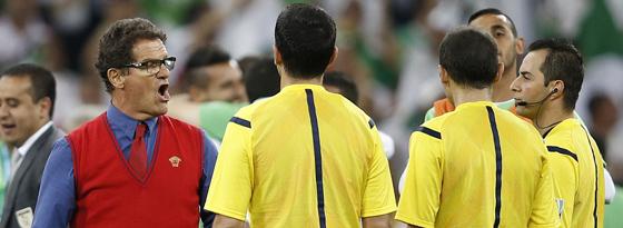 Unzufriedenheit mit dem Referee: Nach dem Abpfiff gegen Algerien sagte Fabio Capello (li.) dem Gespann um Cüneyt Cakir (Türkei) seine Meinung.