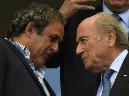 Kleiner Plausch: UEFA-Präsident Michel Platini und FIFA-Präsident Sepp Blatter (re.).