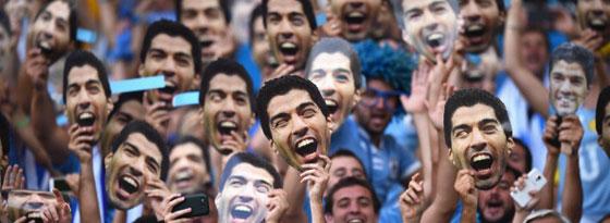 Bei den Uruguay-Fans sehr beliebt: Masken des verstoßenen Luis Suarez.