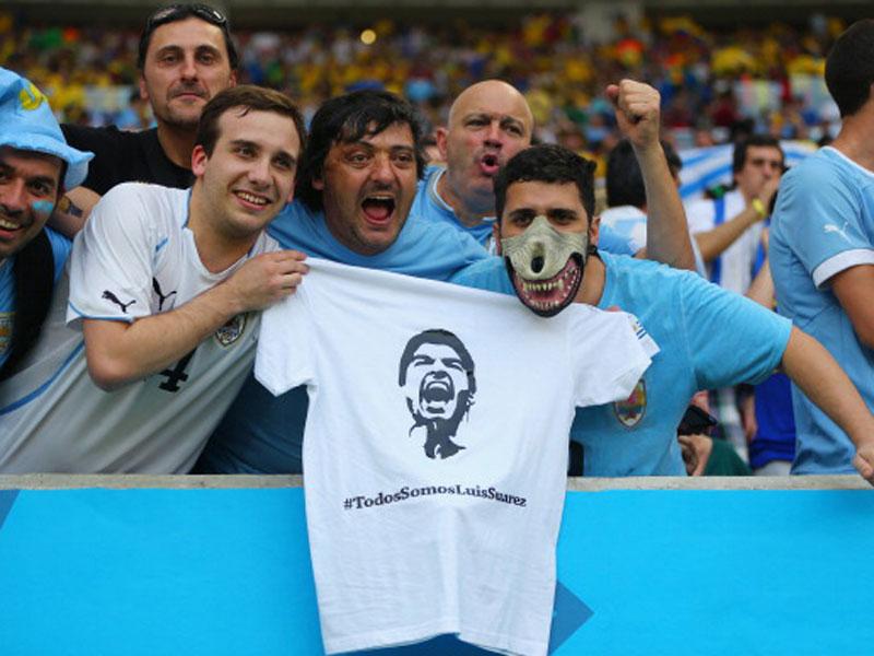"""""""Wir sind alle Luis Suarez"""" - mit Shirts und bissigen Masken wird der Stürmer gefeiert."""