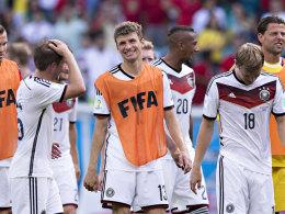 """Philipp Lahm, Thomas Müller und Toni Kroos (v.l.) im fernen Brasilien - der FC Bayern kassiert """"Trennungsgeld""""."""