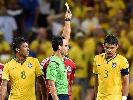 Enttäuscht: Thiago Silva (re.) sieht von Schiedsrichter Carlos Velasco Carballo die Gelbe Karte und fehlt damit im Halbfinale.