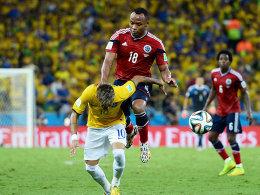 Der bittere Moment: Juan Zuniga trifft Neymar im Rücken.