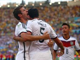 Thomas Müller herzt Torschütze Mats Hummels im WM-Viertelfinale gegen Frankreich