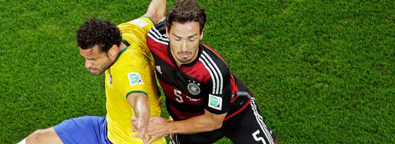 Mit einer Sehnenreizung raus: Mats Hummels gegen Brasiliens Fred.