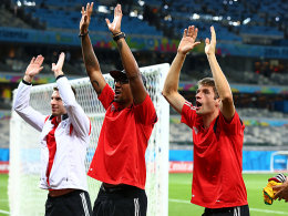 Die Welle für die Fans: Ron-Robert Zieler, Jerome Boateng und Thomas Müller (v.l.).