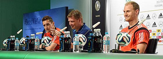 Gut gelaunt im Campo Bahia: Miro Klose und Benedikt Höwedes bei der Pressekonferenz am Donnerstag.