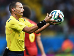 Vierter Einsatz: Der Algerier Djamel Haimoudi pfeift das kleine Finale.