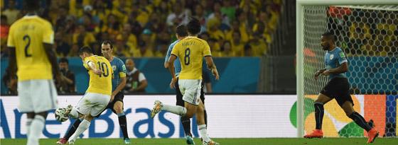 Das Tor des Turniers: James (li.) zieht volley ab und trifft zum 1:0 gegen Uruguay.