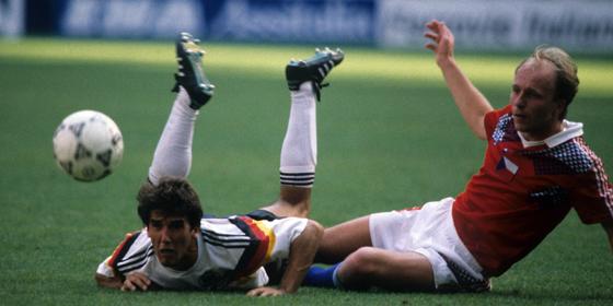 Verloren und doch gewonnen: Miroslav Kadlec (re.) gegen Karl-Heinz Riedle (1. Juli 1990).