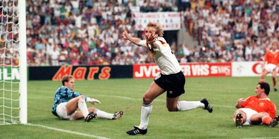J�rgen Klinsmann jubelt �ber sein 1:0 gegen die Niederlande
