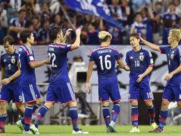 Durfte sich gleich doppelt von den Kollegen feiern lassen: Japans Shinji Kagawa (#10).