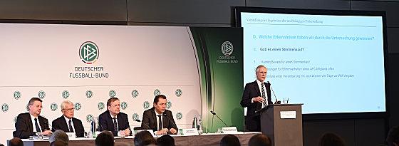 Prof. Dr. Christian Duve (rechts) DFB-Schatzmeister Reinhard Grindel, 1. DFB-Vizepraesident Dr. Reinhard Rauball, 1. DFB-Vizepräsident Dr. Rainer Koch, DFB-Mediendirektor Ralf Koettker (v.l.).