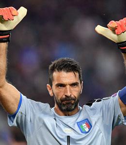 Dunkle Miene, aber Daumen hoch: Gianluigi Buffon nahm seinen Patzer sportlich.