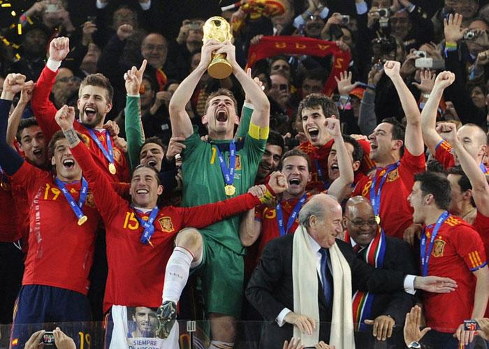 Casillas streckt den Pokal nach dem Finalsieg in die Luft