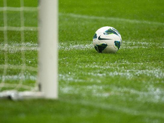 Ball auf dem nassen Rasen von Warschau