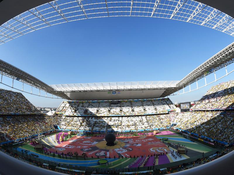 Farbenfrohes Fest vor noch teilweise leeren Rängen: In der Arena de Sao Paulo steigt die Party vor dem Spiel...