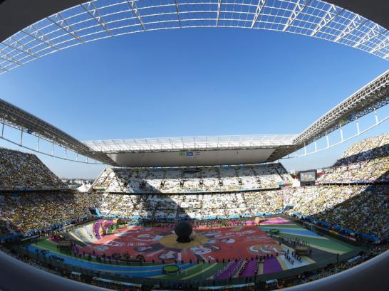 Farbenfrohes Fest vor noch teilweise leeren R�ngen: In der Arena de Sao Paulo steigt die Party vor dem Spiel...